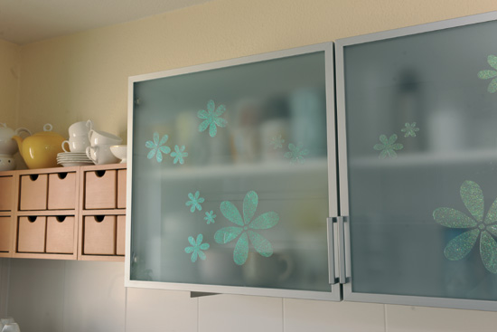 Küchenschrank mit Blumen-Glas-Tattoo