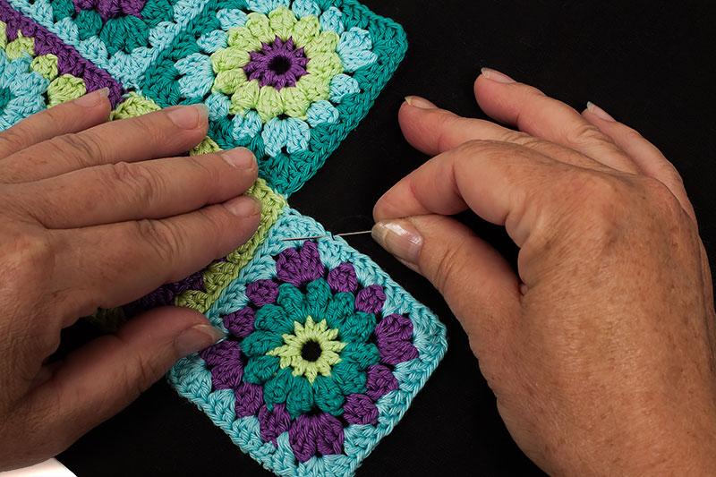 Kostenlose Anleitung: schwarze Tasche mit Granny-Squares häkeln