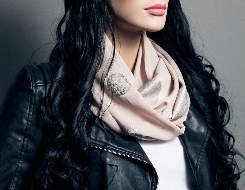 Trendigen Loop Schal mit Hot Spots verzieren
