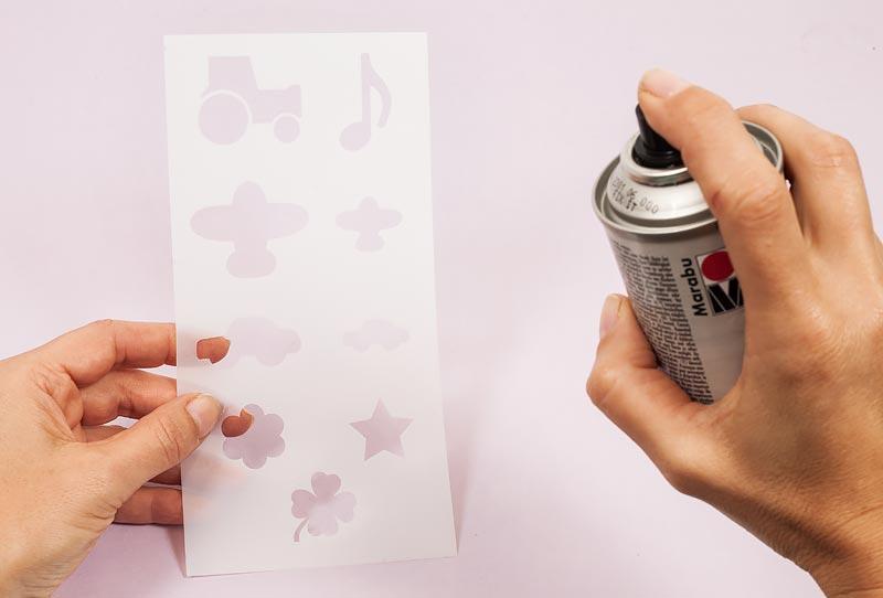 Sockenbremse auftragen - Schablone mit Fixierspray einsprühen