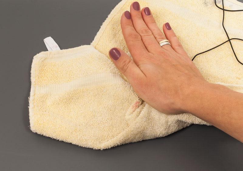 Katzenspielzeug basteln - Filzkugel formen im Handtuch