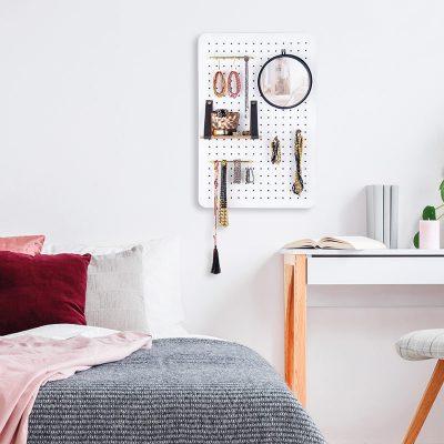 Pin & Peg Organizer im Schlafzimmer