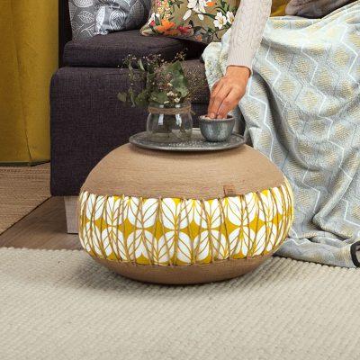Sitzpouf mit der Trendfarbe Ocker