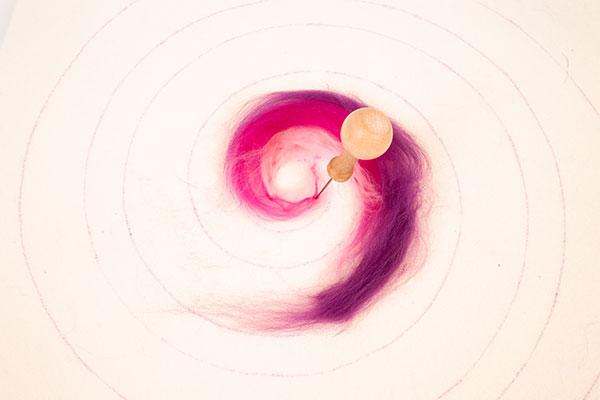 Regenbogenspirale auf Keilrahmen basteln - Schritt 6