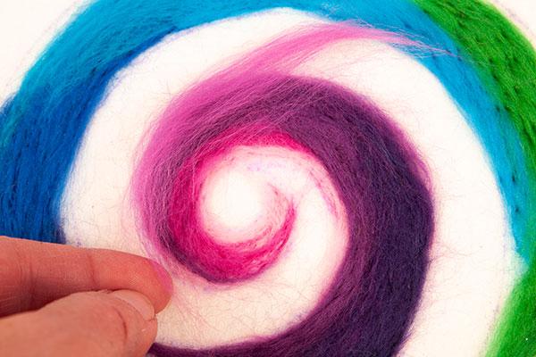 Regenbogenspirale auf Keilrahmen basteln - Schritt 9